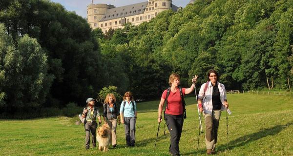 Büren - Wanderer und Schloss im Hintergrund