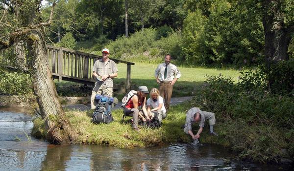 Wanderer am Fluss